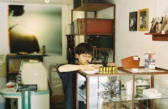 東京都目黒区・東急東横線「学芸大学」駅すぐのところにある写真屋さん「monogram」。 フィルム現像や写真プリントサービスは勿論、「monogram」には、革、帆布、リネンなど厳選した上質な素材を使用したストラップや、デザインは勿論、機能性にこだわったバッグやカメラホルダーなど、カメラ女子さんにおすすめな、とっても素敵なカメラアイテムがいっぱい! ここでは、「monogram」のオンラインストアのアイテムを中心に、カメラと一緒にお出掛けしたくなる魅力あふれるカメラアイテムをご紹介したいと思います。