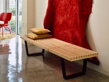 直線的なデザインが魅力の、「ネルソンプラットフォームベンチ1220」。ベンチとしてはもちろん、ローテーブルとしても使えます。