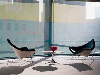 「ネルソンココナッツチェア」は、美しい曲線が座る人をすっぽりと包んでくれるデザイン。黒のレザーが部屋を引き締めてくれます。