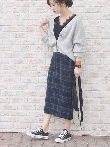 チェックのタイトスカート+ボリュームカーディガンのコーデ。カーデ以外はダークカラーで揃えてメリハリを。綺麗めコーデに素足+ローカットを投入すれば、ひとつ大人なカジュアルなコーデに変身します☆