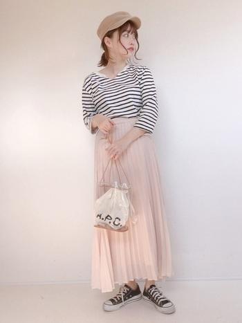 甘い色味のプリーツスカートに、黒白ボーダーTを合わせたコーデ。足元のローカットでカジュアルさもプラスすれば、可愛くなりすぎず大人なコーデに。