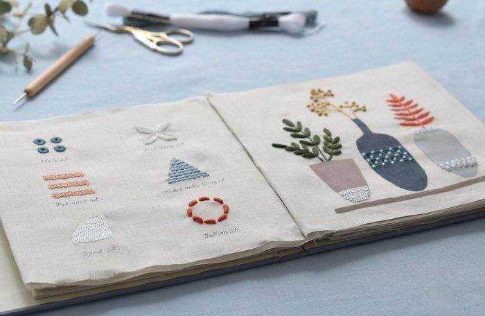 新しい6つのステッチや幅広いテクニックを学べる「北欧刺繍応用」講座は、さらにレベルアップを目指したい方におすすめのクラスです。入門・基礎講座と同じように、前半の1~3回は刺繍見本帳を作成しながら、基本のステッチやプリント刺繍を勉強します。
