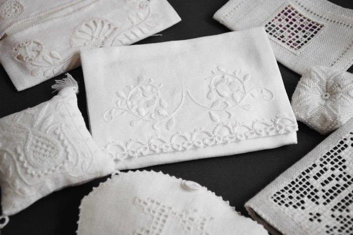 18世紀頃にデンマークの農婦たちによって考案され、北欧の伝統刺繍として発展してきた《HEDEBO(ヘデボー)》刺繍。白い麻布に白い麻糸で繊細な刺繍を施した、エレガントで上品な作風が特徴です。北欧伝統の白糸刺繍をはじめてみたい方は、ぜひ以下のクラスを受講してみませんか?