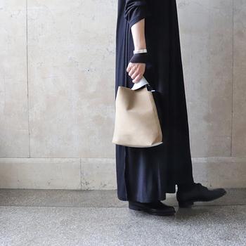 シンプルなワンピースには、デザイン性のあるバッグを合わせて個性をプラスしてみてはいかがでしょう。人工皮革のマイクロファイバースエードのバックなら、キレイめカジュアルスタイルが叶います。