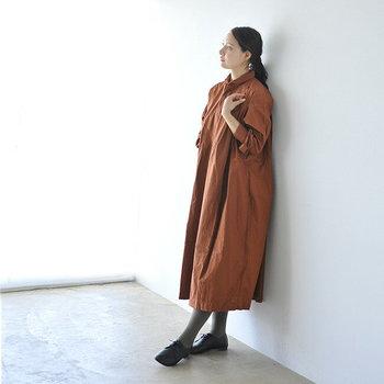 一枚で着るなら、この秋はテラコッタカラーのワンピースがおすすめ。肌馴染みのいいテラコッタカラーが、女性らしいやさしい雰囲気を作り出しつつ、トレンドを意識したひとつ上のコーデに仕上げてくれます。