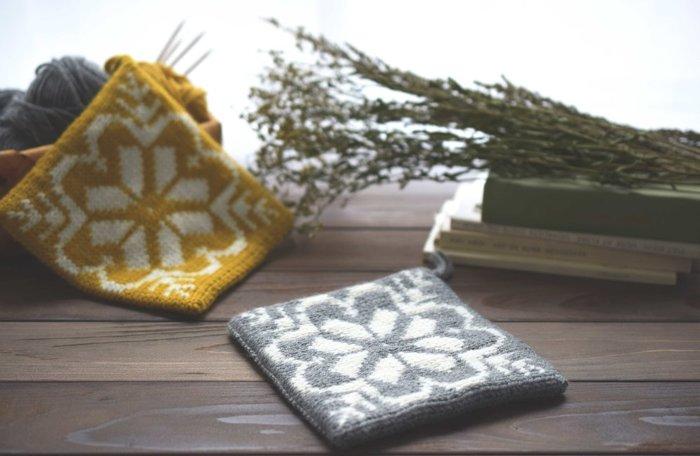 毛糸や編み針の選び方など、編み物の基礎を一から学べる「はじめての編み物」講座です。作り目・表編み・裏編みといった基本の編み方を勉強しながら、雪の結晶の模様を施した可愛い鍋つかみをつくります。編み物の基礎知識やテクニックはもちろんのこと、2色の毛糸を使った編み込み模様も学べる充実した内容のレッスンです。