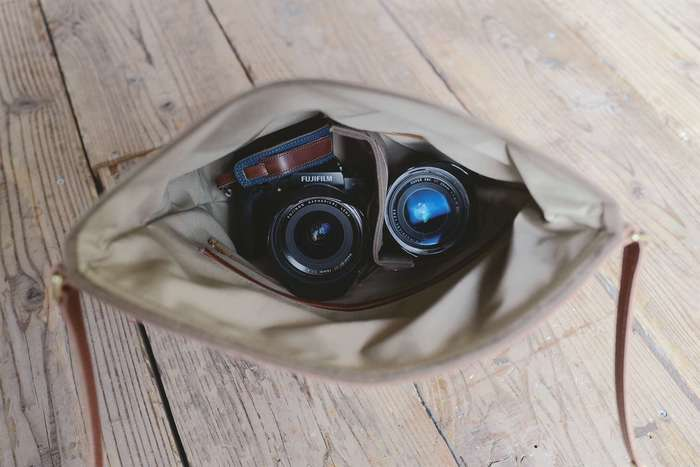 カメラひとつを入れたり、付属のパーテーションで仕切ることで、カメラ1台+交換レンズなどの使い方が可能。 低反発のクッションが入ったパーテーションは、帆布と革素材を使用しているので、カメラとレンズを一緒に入れた時など、間をワンクッション仕切ることで傷がつくのを防ぎます。 バッグ内側にはゴムバンドが設けてあり、好きな位置に留めて移動が可能。バッグの中で、自由にお部屋を作る事が出来ます。
