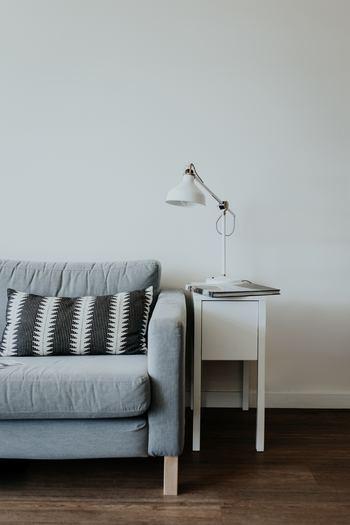 """お気に入りのソファに、サイドテーブルを並べているのに、どことなく淋しい印象のお部屋…何が足りていないかわかりますか?それは「壁」のインテリア。シンプルなお部屋に華を添えてくれる「壁」に""""ひと手間""""がないことで、せっかくのお気に入り家具もなんだか居心地が悪そうに見えてしまいます。"""