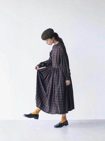 秋らしさ抜群のチェック柄のワンピース。差し色を使うときは、チェックから一色とったカラーを使えばまとまりがよく大人カジュアルなスタイリングに仕上がります。シューズとベレー帽は黒で押さえることで差し色が光るオシャレコーデに仕上がります。