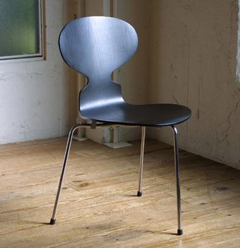 三本脚がユニークな「アントチェア」は、名前の通りアリのようなデザインのシートになっています。人間の二本脚と合わせて五本で支えるので安定した座り心地です。