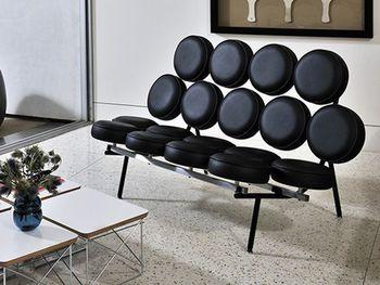 軍事用に開発された強化プラスチックなどの素材が使われるようになり、曲線の加工が容易になったことで、より自由なデザインが可能になりました。これまで直線が当たり前だった家具の世界に、曲線を多用するという革新が生まれたのです。