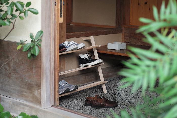 収納棚、下駄箱がないお家でも、ナチュラルなシューラックが一つあれば大丈夫。見せる収納で靴を出し入れしやすい環境をつくれます。またゲストが多い日でも、シューラックがあれば靴が散らからずに綺麗に片付けることができます。