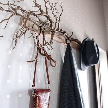 流木やちょっとした木材を飾ればこんなに素敵な雰囲気に!ショルダーバッグや帽子も一緒にかけておけばより絵になるし便利。