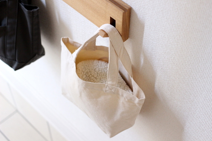 玄関に収納棚がない場合、無印の「壁に付けられる家具」ハンガータイプを一つ壁に取り付けるととても便利。靴を履く時や脱ぐ時に、コートやジャケットなどの上着、バッグをちょこっとかけておくこともできます!