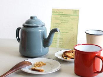 95年以上の歴史を持つイギリスのホーローウェア専門ブランド「FALCON(ファルコン)」のケトルがこちら。ホーローは割れにくくサビにも強いのがポイントです。匂いもつきにくく、美味しいお茶やコーヒーが楽しめますよ。可愛らしい色合いと大きさで、テーブルの上でも大人気。直火のほか、オーブン、IHで使えます。