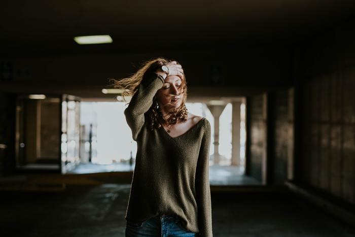 ですが、落ち込んだままだと相手の放った「たったひと言」から負の連想に苛まれ、自分で自分のことをますます傷つけてしまいかねません。それはまるで、ようやく治ってきた傷のかさぶたを剥がすのに似ています。