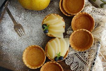 梨のコンポートと市販のタルトカップを使えば、簡単にオシャレなタルトが作れます。手軽だからこそ、カスタードクリームはぜひ手作りで!さっぱりとした甘さの梨と好相性です◎