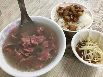 まずは牛肉の旨みが凝縮された牛肉湯をそのまま味わい、それからテーブルに置いてある酢やお酒、オリジナルのタレを好みで足していくのがおすすめの食べ方です。