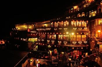 近年、台北や台南をしのぐほど人気のある九份。台北から車で1時間ほどの山間に位置し、海を一望できる風光明媚な街並みが広がります。細い路地の石段に沿って建つ古い建物に赤い提灯が灯るノスタルジックな風景は世界中の観光客から人気です。
