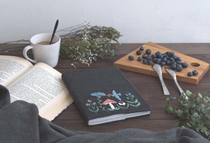 先ほどご紹介したトートバッグと同じく、植物と小鳥をモチーフにした可愛い刺繍が学べる秋冬限定の講座です。刺繍の図案デザインは、テキスタイルブランドH/A/R/V/E/S/Tのデザイナー、Midori Sanadaさん。ブックカバーはA5サイズの本や手帳にちょうどいい大きさです。温かみのある毛糸を使った美しい刺繍は、これからの季節にぴったりですね。