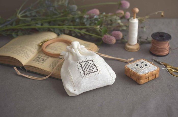 こちらの講座ではHEDEBO刺繍のドラグベアクという技法を用いて、写真のような小さくて可愛らしいサシェ(ポーチ)を作ります。中央に美しい刺繍を施した、優雅なデザインの窓付きサシェです。シザーケースづくりを体験してみて、さらに「白糸刺繍の技法やテクニックを学びたい」という方におすすめの講座です。