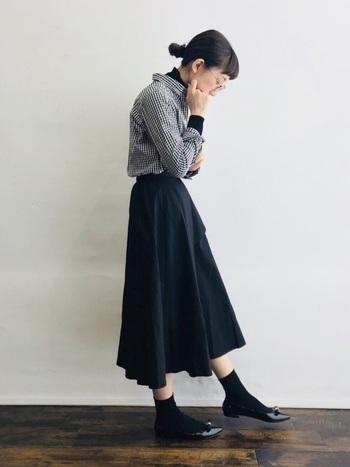 定番のギンガムチェックのシャツに、黒のタートル、Aラインスカートを合わせたクラシカルなスタイル。シャツの中にタートルを重ねることで清楚なイメージに。袖はくしゅくしゅっとまくって、こなれた雰囲気を出すのがポイント。
