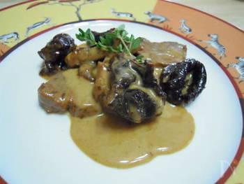 フランス家庭ではお馴染みの組み合わせ、豚肉×プルーンを楽しめる一品。プルーンは鉄分や食物繊維が豊富なうえ、ソースにこっくりとした甘みを加えてくれます。ほっと心がなごむ味わいです。  フォンドボーは市販のものを使い、事前に生クリームと煮詰めておくのが、時短のポイント。