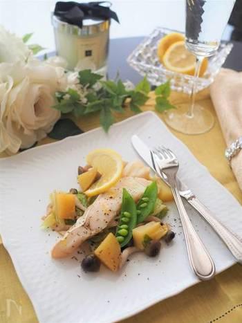 「ポワレ」はソテーするのではなく、蒸し煮にする調理法ですが、こちらも時短でつくることができちゃいますよ。  こちらは、フライパン一つでつくれる、鱈(タラ)のポワレ。つけ合わせの野菜も美しく、おもてなし料理にもぴったりですね。キャベツなどを炒めたら、コンソメや白ワインをまわしいれ、それらと一緒に蒸し煮にすれば、できあがりです。