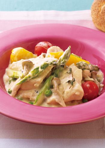 こちらは、生クリームだけでなく、豆乳を加えた、まったりしすぎないやさしい味わい。鶏肉をフライパンでソテーするのではなく、電子レンジで蒸し鶏風に。蒸し汁をつかってソースをつくり、最後にソースで、この蒸し鶏を軽く煮込みます。 鶏肉から白ワインの風味を感じられる、贅沢な一皿です。