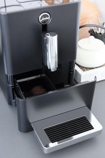 まず、はずせるパーツはすべてはずし、開けるところはすべて開きます。コーヒーかすは毎回、捨てるものですが、周辺部分もきちんと掃除しておくことで、清潔を保てます。