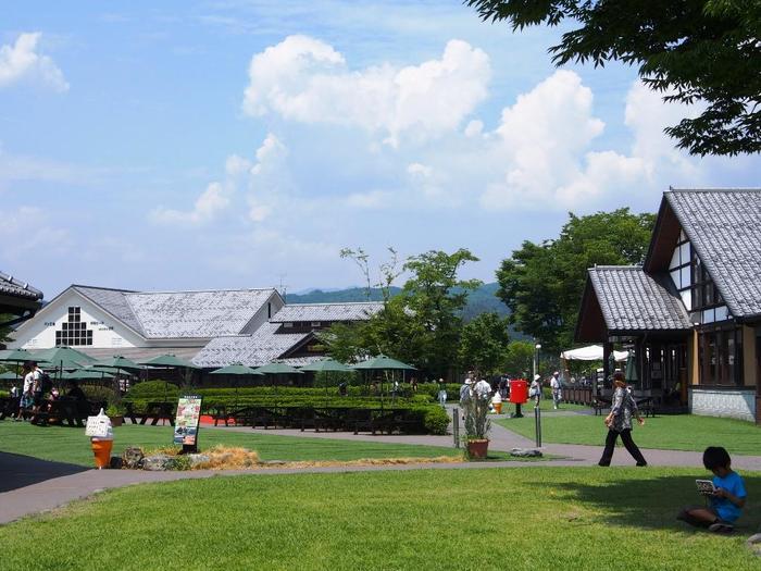 【「道の駅 田園プラザ川場(群馬県利根郡川場村)」は、関東でも全国でも屈指の人気を誇る道の駅。緑豊かな広大な敷地には、様々な施設が点在している。】