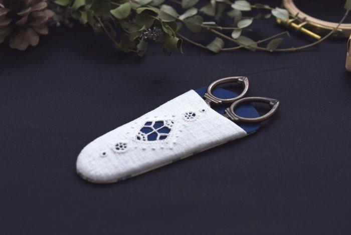 基礎的なテクニックを使って、写真のような可愛いシザーケースをつくるHEDEBO刺繍の入門講座です。全3回の講座を通して刺繍を学び、最終回ではフランス伝統のカルトナージュ技法(厚紙工芸)を用いてシザーケースに仕立てます。HEDEBO刺繍の基礎を学びたい方におすすめのクラスです。