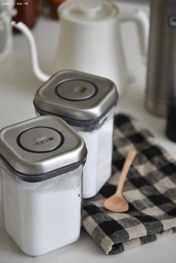 加湿器や除湿器とセットになっているタイプのもののときは、内部のタンクも清潔にしておきましょう。水洗いできるフィルターやパネルなどがあるときは、クエン酸を溶かしたぬるま湯を使って浸け置きし、しっかりと水洗いして乾燥させましょう。