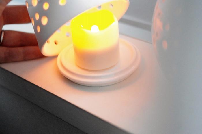 本物のキャンドルを点けるのは危ないし、ちょっと面倒…という時は、タイマー式のLEDキャンドルを使ってみましょう。夕方に点灯するようにセットしておけば、何もしなくても毎日キャンドルの明かりを楽しめます。