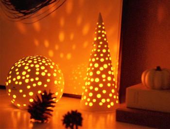 キャンドルホルダーはデザインによって光の漏れ方も様々。松ぼっくりも、ますます可愛らしいシルエットになります。