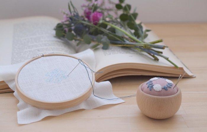 刺繍のステッチや基本的な編み方を覚えれば、秋の夜長に作品づくりを楽しみながら充実した時間を過ごせるはずです。 そこで今回は、北欧刺繍や編み物のクラスなど、「北欧てしごと教室」でこの秋に開催される素敵な講座をご紹介します♪
