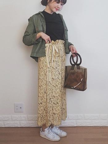 優しい印象のイエローのレースのスカートは、重くなりがちな秋コーデに軽さをだしてくれます。フェミニンな雰囲気になりすぎないようにカーキのアウターを羽織れば、甘辛ミックスコーデの完成です。