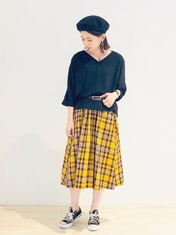 チェック柄のフロントタックスカートは秋の装いにぴったり。トップスや足元をブラックにすることで、柄スカートがいちだんと映えるスタイルに。ソックスやタイツを合わせれば秋本番も楽しめるコーデです。