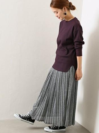 ボルドーに近い深いパープルなら、大人っぽい雰囲気に。ライトグレーのプリーツスカートを合わせれば上品な秋コーデの完成。トップスはワッフル素材なので秋口は一枚で、秋本番はレイヤードで、長く楽しむことができますよ。