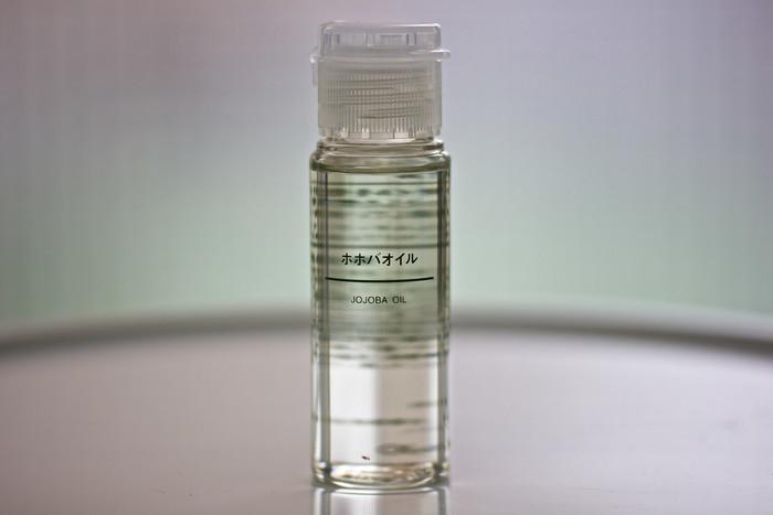 ホホバオイル、ココナッツオイル、オリーブオイルなど、天然由来成分のオイルは、メイク汚れを浮かせる働きがあります。肌の水分を保つ効果もあるので、クレンジング剤代わりに使うとしっとり肌に仕上がります。