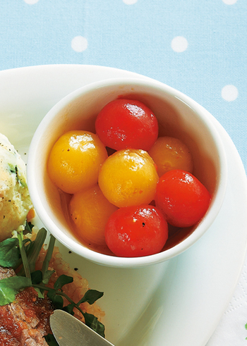 ハチミツ、 おろしにんにく、レモンの絞り汁、エキストラバージンオリーブオイルで作ったマリネ液で作るプチトマトのハニーマリネ。プチトマトをカラフルにすればそれだけで食卓が華やかに。お弁当の彩りにも使えそう。