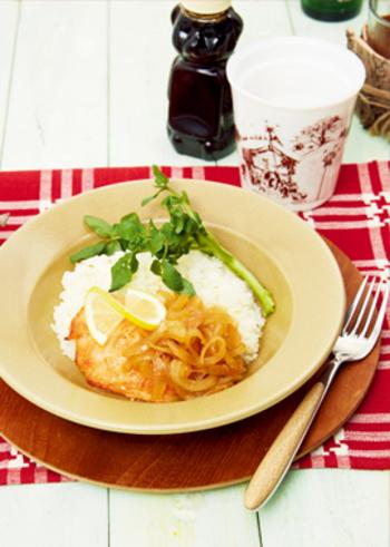 メープルシロップ、醤油、レモンの絞り汁、すりおろしたニンニクで味付けをするサーモンのメープルグリル丼は、メープルシロップを使うことでカナダ風の味付けに。盛りつけを工夫すればより海外旅行気分が増し、優雅なディナーになりそう。