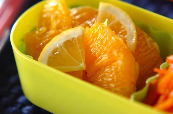 柑橘類をより美味しくしてくれるハチミツ。こちらのオレンジのハチミツマリネは、オレンジ、レモン、ハチミツだけで作れるシンプルなのに味も見た目もさわやかなデザートレシピです。お弁当に入れたり、ヨーグルトなどに入れたりしても美味しくいただけそう。