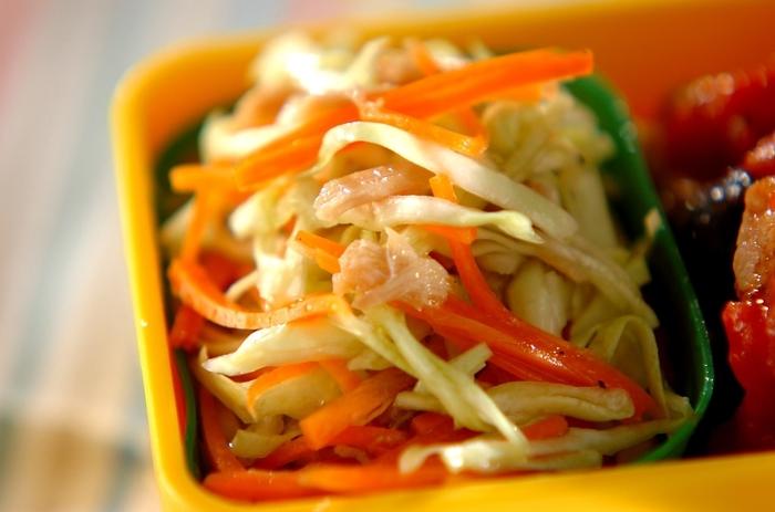 キャベツ、ニンジン、ツナで作るハチミツ風味のコールスロー。コールスローのタレはフレンチドレッシングにハチミツを加えるだけなので、手早くできて付け合わせやお弁当の彩りにもバッチリ。
