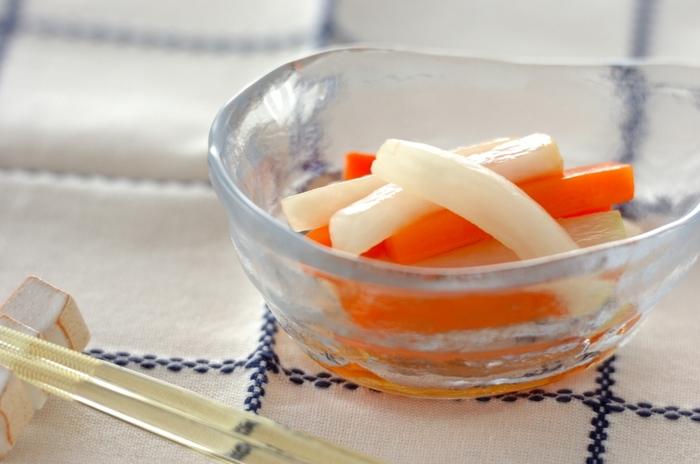 大根とニンジンで作る彩りの良い酢漬けは、メープルシロップを使うことで、マイルドで香り良い仕上がりに。和洋どちらの料理にも合い、つい食べ過ぎてしまいそう。