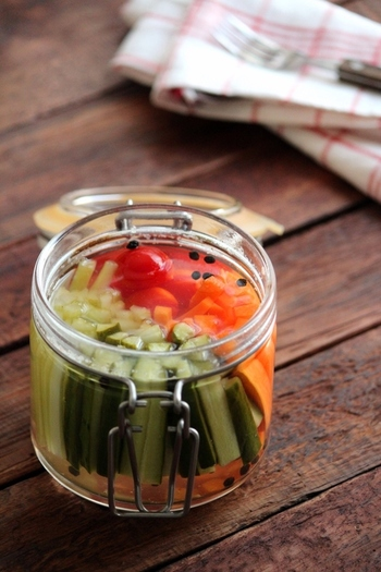 ピクルスは見た目もカラフルで野菜をしっかりとれるけど、酸っぱさが苦手という方は、ハチミツを加えたピクルス液を試してみてはいかがでしょうか。ハチミツで作るピクルス液はやさしくマイルドな仕上がりになり、子どもも喜んで食べてくれそう。