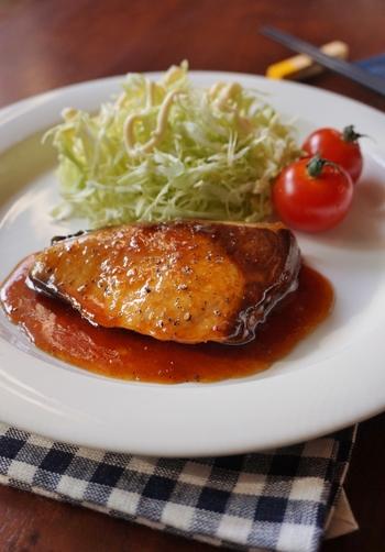 肉や野菜だけでなく、魚ともハチミツはバッチリ合います。和食で人気のぶりの照り焼きを、ハチミツとしょうがのすりおろしでアレンジしたハニージンジャーぶり照りは、ハチミツを使用することで仕上がりがマイルドになり、見た目の照り感もアップして見るからに美味しそう。