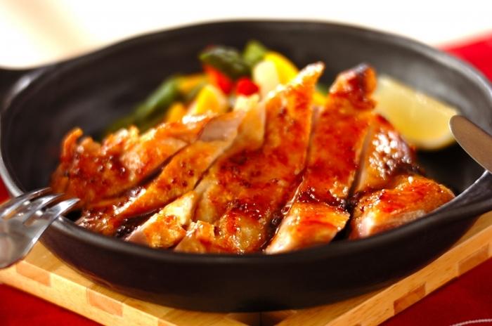 鳥もも肉をフライパンで焼き、 焼き汁に、ハチミツ、白ワイン、粒マスタード、しょうゆの甘めのソースを加えて煮詰めた、チキンステーキのハニーマスタードソース。皮はパリッと香ばしく中はジューシーな仕上がりと、ハニーマスタードソースとの相性もバッチリでご飯にもパンにも合う絶品おかずです♪