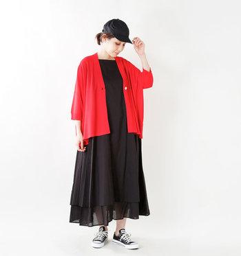 秋コーデを気軽に楽しむなら、一枚は持っておきたいのがカーディガン。半袖のワンピースやTシャツの上に羽織れば、それだけで寒さ対策もばっちりの秋ファッションが完成します。 暗くなりがちな秋ファッションのアクセントに、赤のカーディガンがパッと映えて素敵ですね♪