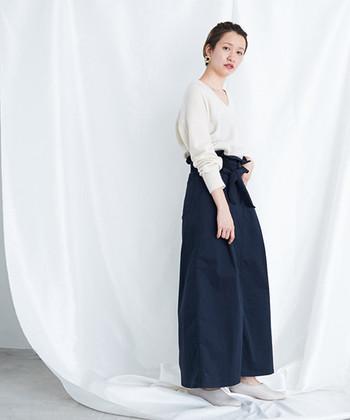 春から夏にかけて履いていたワイドパンツも、薄手のニットを合わせればそのまま秋まで着回しOK。白×ネイビーのカラーリングが、爽やかで女性らしいコーディネートに仕上がっています。